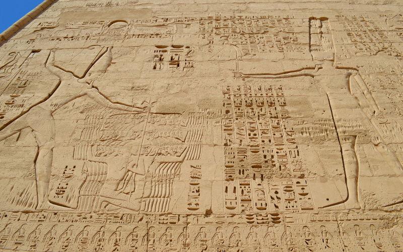 Medinet Habu - Hieroglyphs in columns
